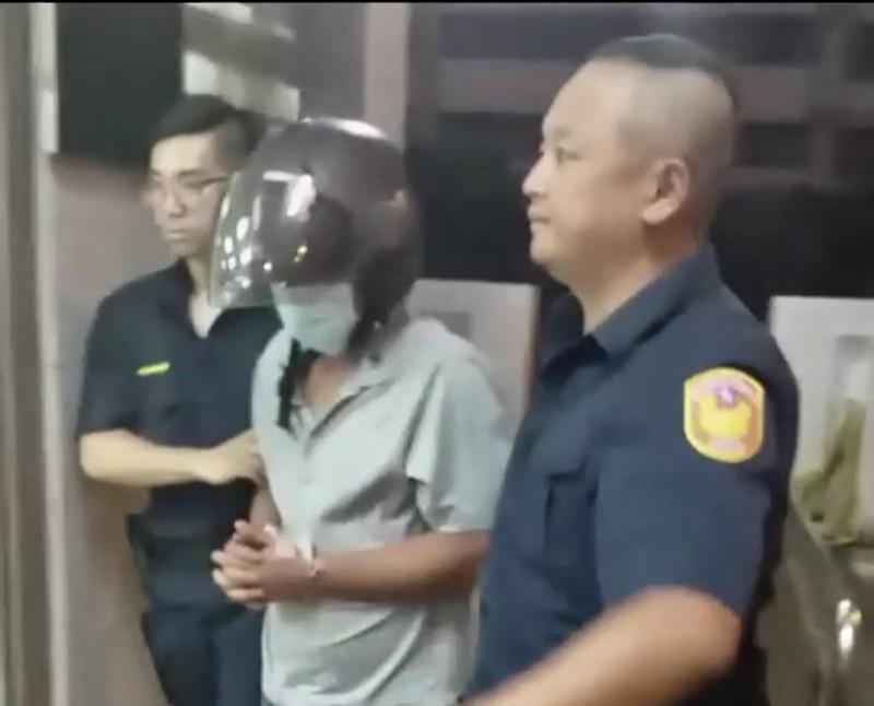 涉嫌砍死友人的古男(中)犯案後向警方自首。(記者李容萍翻攝)