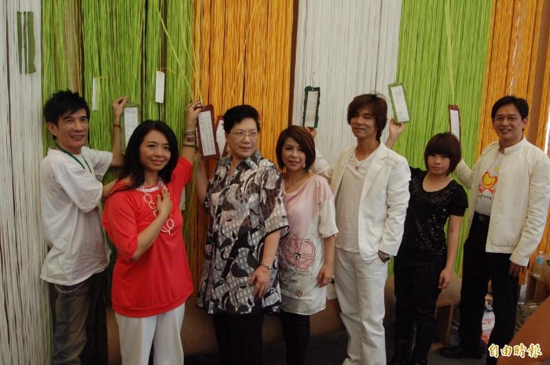 921地震10週年紀念歌曲「讓愛轉動整個宇宙」,當時多位演唱的歌手前往埔里紙教堂出席記者會並獻唱。(資料照,記者佟振國攝)