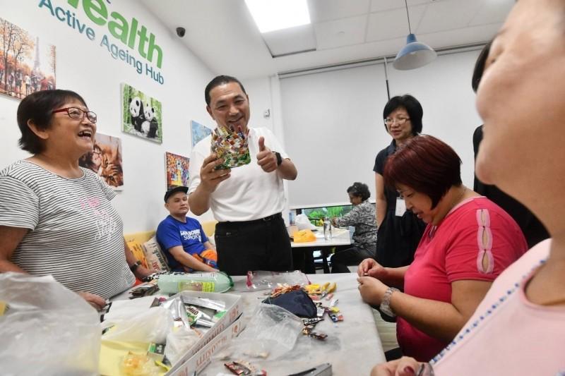 新北市長侯友宜赴新加坡市政考察,參訪當地的海軍部村落。(新北市政府提供)