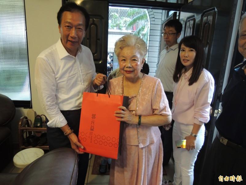 柯媽何瑞英(中)說,郭台銘(左)前不久到新竹都城隍廟拜拜,當時她與柯文哲都支持郭董參選總統。(資料照,記者洪美秀攝)