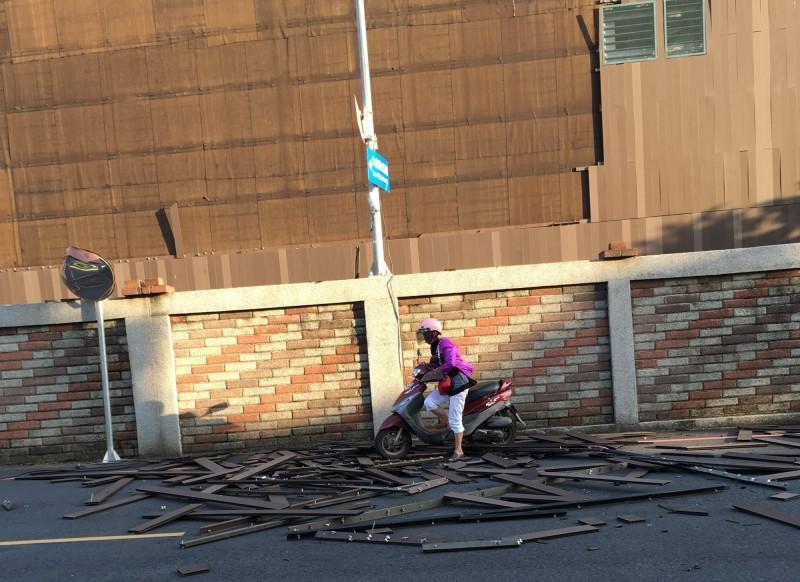 花博后里森林園區「發現館」外牆木片等被風吹落,險砸中騎車行經的婦人。(民眾提供)
