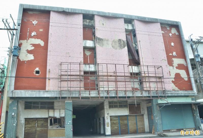 關廟中央戲院建造迄今已半世紀,目前歇業。(記者吳俊鋒攝)