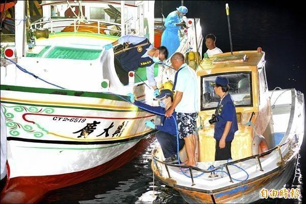 屏東琉球籍漁船廣大興28號遭菲律賓公務船開槍掃射,我方鑑識人員登船採證。(資料照)