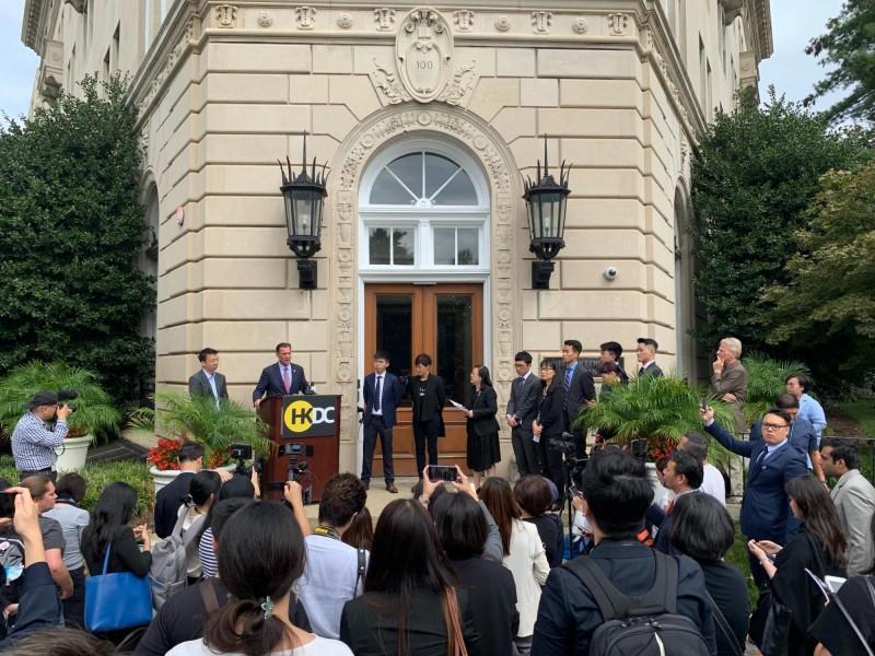 香港民主委員會昨日於美國華府舉辦成立記者會。(擷取自「HKDC - Hong Kong Democracy Council US」Facebook粉絲專頁)