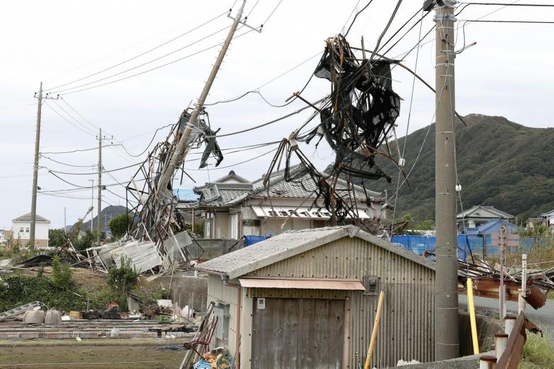 千葉縣的電線杆遭法西颱風吹倒,造成大規模停電。(美聯社)