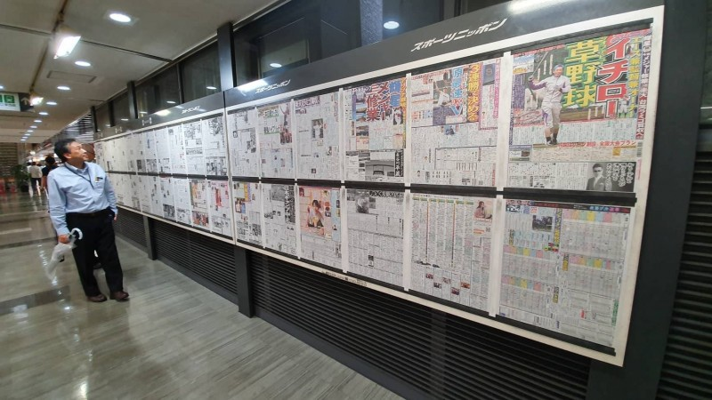 「DJ金寶」也對本報透露,他是在日本旅遊時,剛好經過東京每日新聞社地下美食街的報紙牆,發現日媒報導郭台銘不參選的新聞,意外發現這張日媒製作的關係圖。(DJ金寶授權提供)