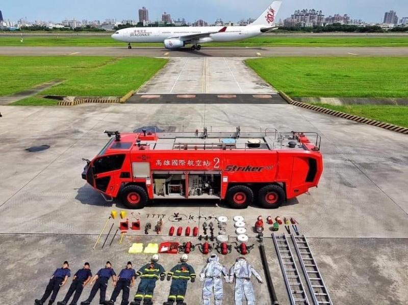 連飛機都開來了!小港機場接力上演超狂「開箱」