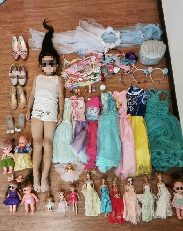 該網友PO出自家小公主的開箱文,可以看到許多服裝與配件陳列其中。(圖擷自爆廢公社)