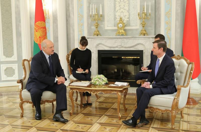 美國國務院國務次卿赫爾(右)17日前往白俄羅斯首都,和總統盧卡申科(左)會面。(美聯社)