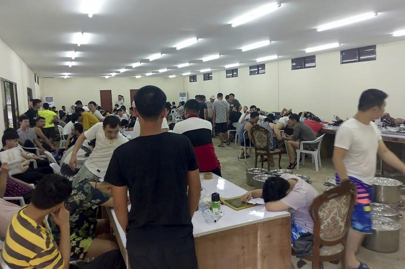 菲律賓移民局昨逮捕了324名從事海外詐騙的中國非法移民。(美聯社)