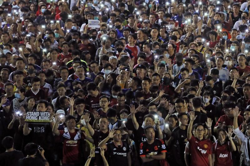 近千名香港足球迷今天晚間8點響應了網路上的號召,至維多利亞公園參與「香港之路 球迷大和解」人鏈及大合唱活動。(美聯社)