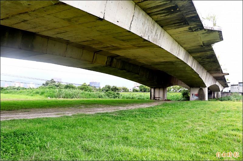 宜蘭市公所打算在宜蘭河濱公園南岸,設置「單車越野土坡場」。(記者林敬倫攝)