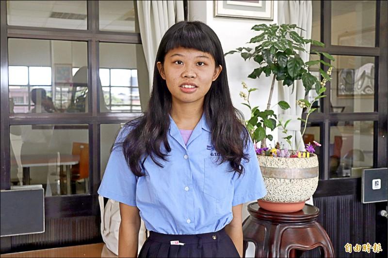 國立蘭陽女中高三生蔡慈以小說「時間組合」獲得「蘭陽青年文學獎」小說類首獎。(記者林敬倫攝)