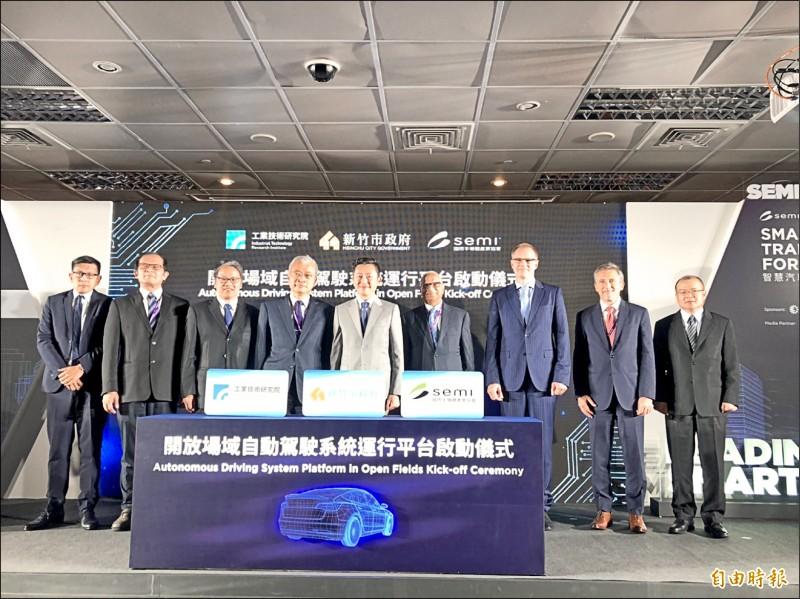 昨天自駕車也在台北南港二○一九SEMICON國際半導體展正式展示。(記者洪美秀攝)