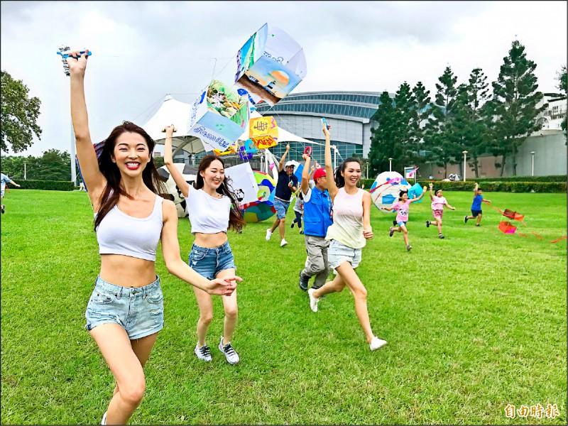 新北市國際風箏節昨天由模特兒帶著北海岸在地業者製作的立體風箏走秀開場。(記者周湘芸攝)
