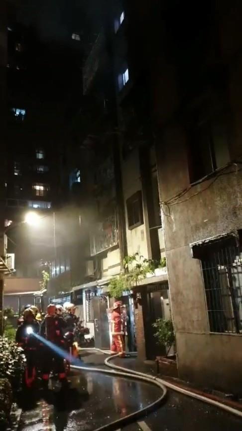 消防人員持續將火勢撲滅。(記者徐聖倫翻攝)