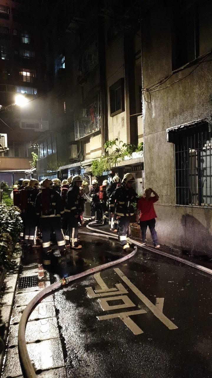 消防人員積極救火。(記者徐聖倫翻攝)