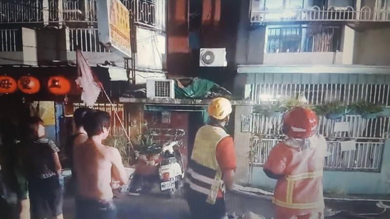 嘉市溪興街153巷某公寓今天凌晨發生火警,消防員到場搶救。(記者丁偉杰翻攝)