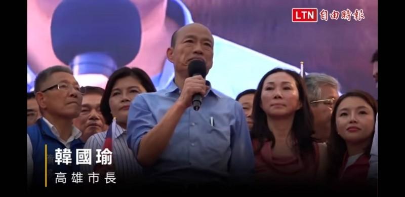蘇治芬說,這張韓國瑜(中)與張麗善(左二)、張嘉郡(右)同台的照片,是讓她同意接受徵召參選立委的原因。(記者鄭旭凱翻攝影片)