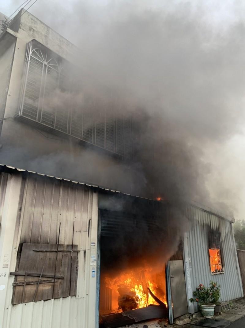 新竹縣湖口鄉德興路一處民宅今早8點多發生火警,火舌自1樓竄出,所幸住戶3人已緊急安全撤出。(記者廖雪茹翻攝)