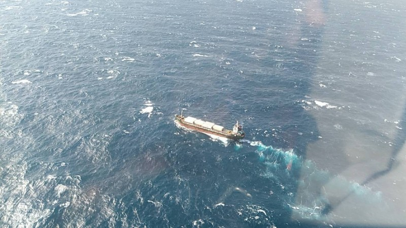 國家搜救指揮中心今天清晨5時許接獲通報,基隆外海富貴角西北面58海浬有艘名為「JI SHUN」貨船,因不明原因傾斜下沉。(記者陳薏云翻攝)