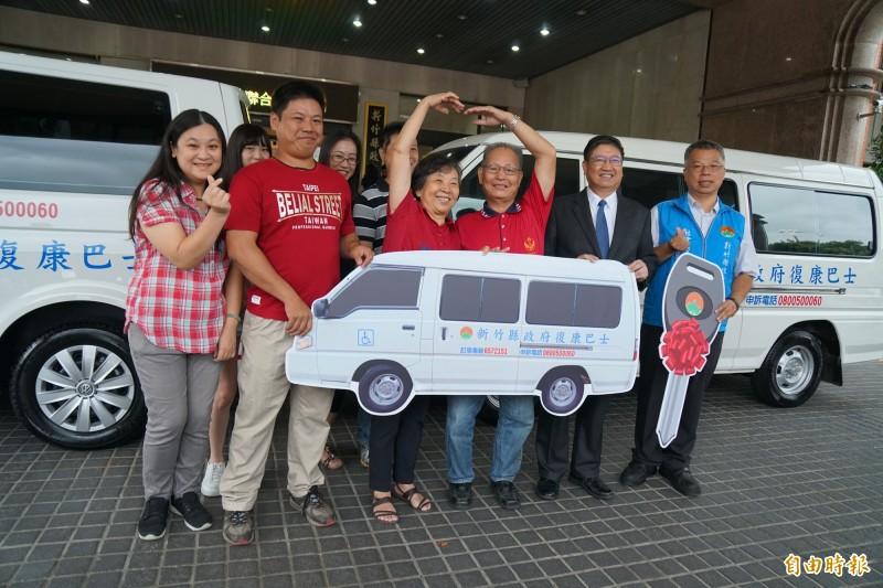 分享幸福!結婚50週年 夫妻在全家陪同下捐出復康巴士