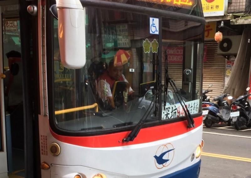 指南客運這名駕駛,被認為貌似新北市長侯友宜。(讀者提供)