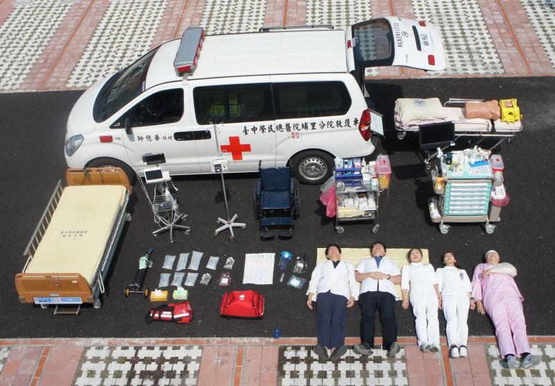 台中榮總埔里分院紀念921大地震20週年系列活動,今以快閃「真人開箱」,呈現忙碌的醫療日常。(圖由台中榮總埔里分院提供)