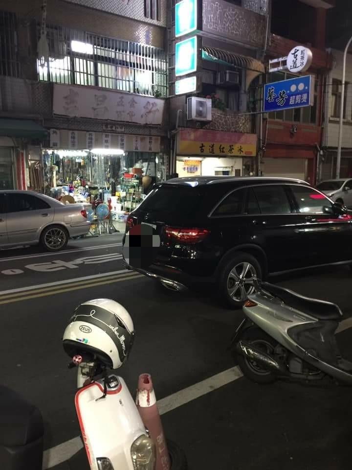 超傻眼,賓士車馬路當停車場停(取自臉書社團苑裡串起來)(記者蔡政珉攝)