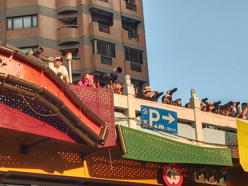 懸日美景昨天現身台中,天橋站滿大炮照相機搶拍。(林姓網友提供)