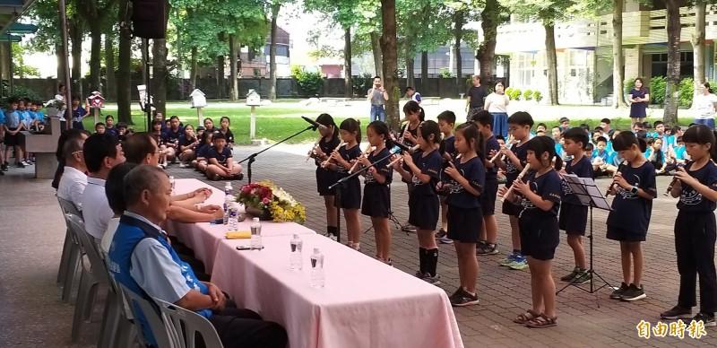 虎尾中正國小直笛隊現場表演,感謝社會各界。(記者廖淑玲攝)