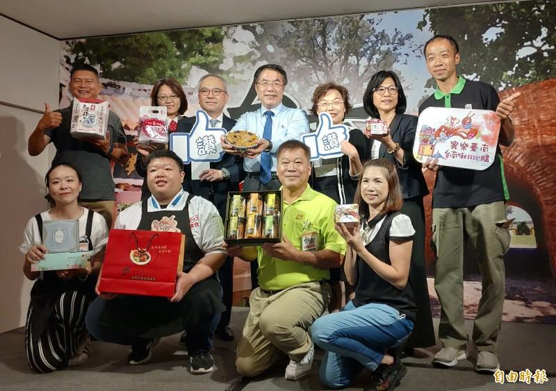 台南市長黃偉哲(後排左4)率領業者到台中,舉辦台南美食展 。(記者張菁雅攝)