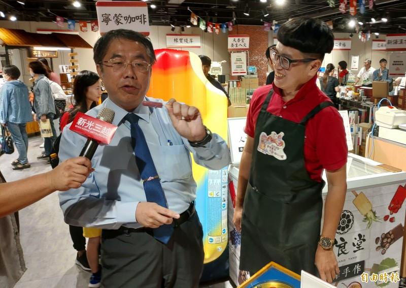 台南市長黃偉哲(左)到台南美食展攤位巡禮。(記者張菁雅攝)