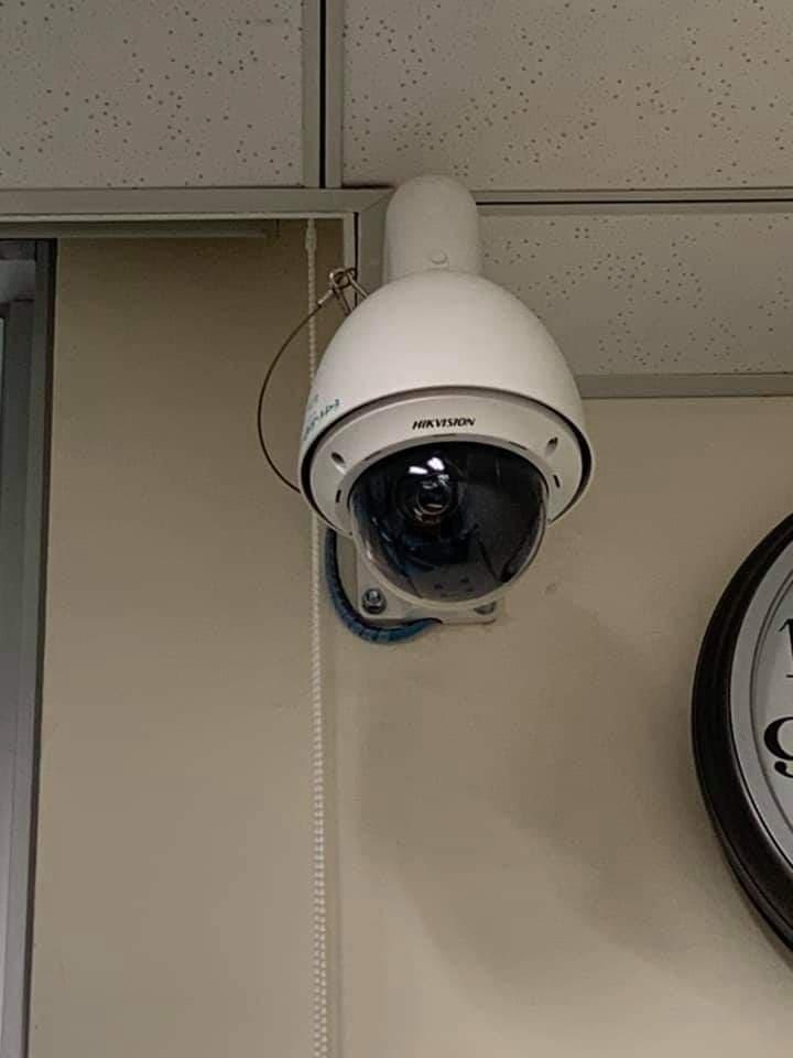 台大學生踢爆,校內綜合大樓的教室內,監視器品牌竟然是「海康威視」(HIKVISON),該品牌因有國安、資安疑慮,已遭行政院列入公務機關禁止採購名單內。(圖取自臉書)