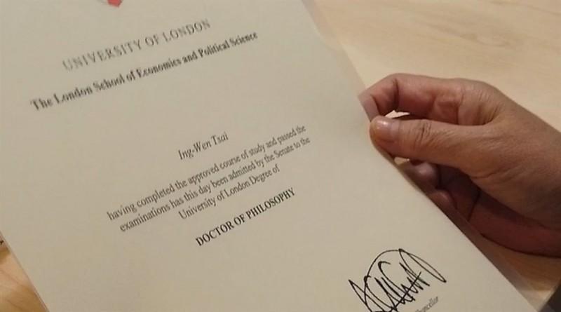 蔡總統日前參訪Dcard,也帶了LSE的畢業證書。(圖取自facebook.com/tsaiingwen,中央社)