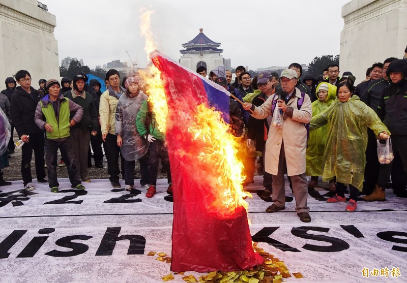 台北法院認為李嘉宇是在表達政治意見,揚言燒國旗的言論屬「象徵性言論」,受憲法言論自由保障,判處無罪。圖為自由台灣黨等團體2017年228赴中正紀念堂要求拆蔣銅像,並焚燒國旗。(資料照)