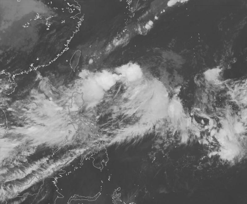 美氣象專家推測,可能成颱的熱帶性低氣壓,預計在本週日至下週一時侵襲日韓。(圖擷取自Jason Nicholls推特)