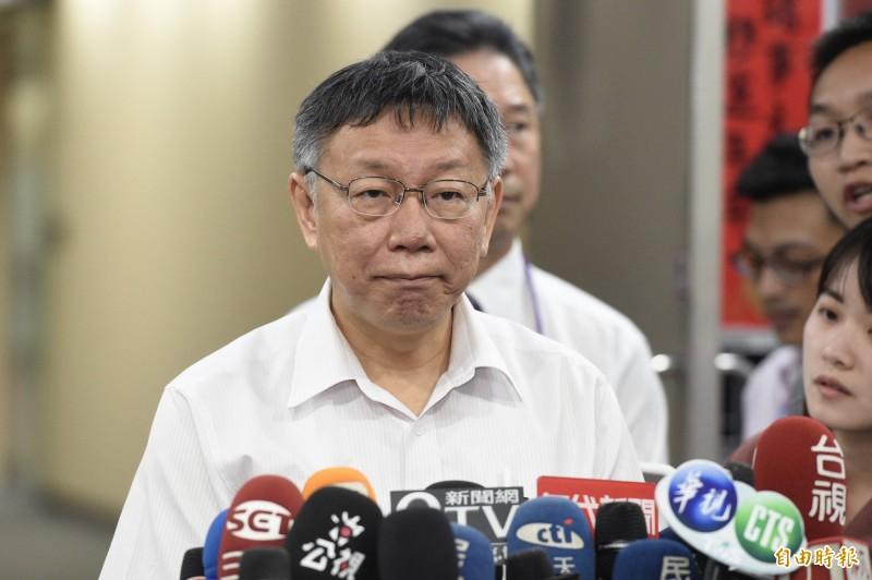 鴻海創辦人郭台銘退選,對於是否與親民黨合作拿總統參選門票,台北市長柯文哲受訪表示,若他被親民黨提名,「民進黨香檳又收起來了怎麼辦,改喝紅酒」。(資料照)