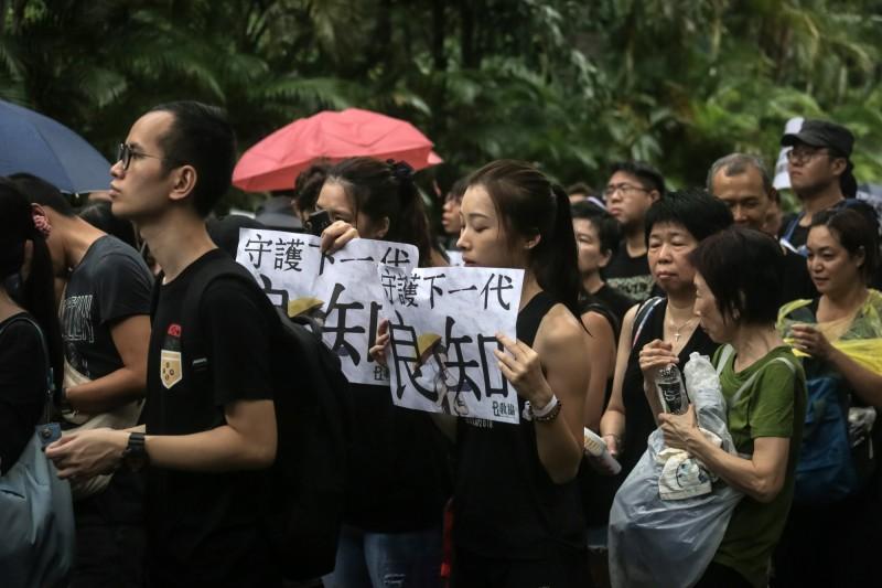 反送中抗爭已逾百日,今(19)日有港媒指出,香港教育局已接獲58起投訴教師失德的案件,因發表仇警言論而受到香港教育局調查,有2起投訴案件因言論過激已成立,甚至被香港教育局警告,若再犯、將取消教師資格。(歐新社)