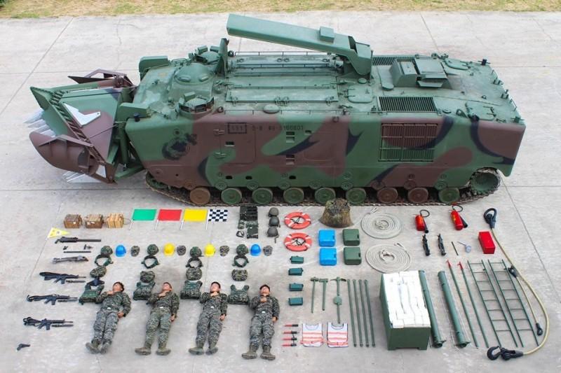 海軍陸戰隊今天跟上「真人開箱」風潮,超霸氣的畫面吸引許多網友議論,圖為LVTP5-E1兩棲工兵車(圖片擷取自中華民國海軍陸戰隊臉書粉專)