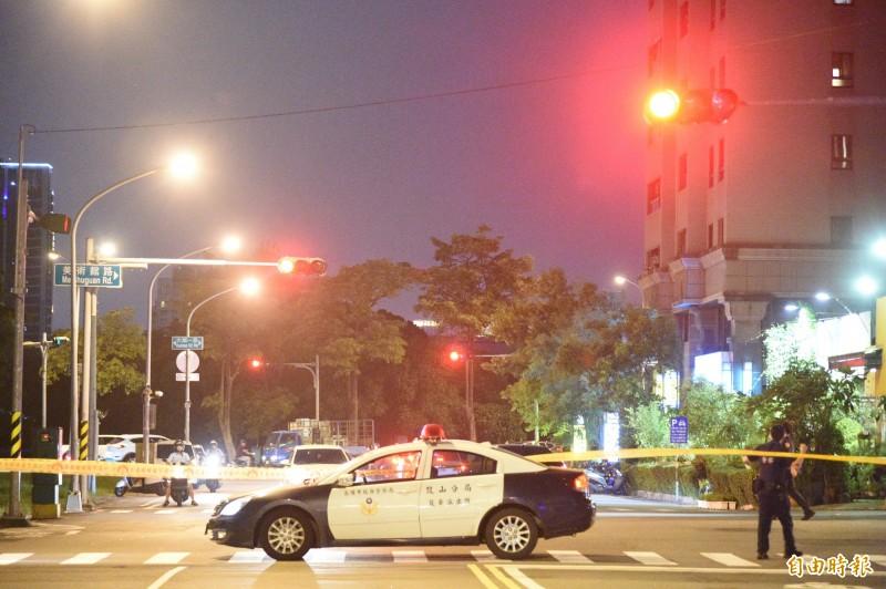 警方封鎖道路,攻堅疑似開槍在逃的潘姓男子出沒據點。(記者張忠義攝)