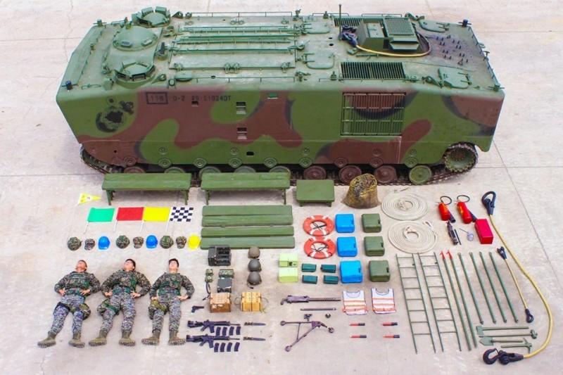 海軍陸戰隊今天跟上「真人開箱」風潮,超霸氣的畫面吸引許多網友議論,圖為LVTP5兩棲登陸車(圖片擷取自中華民國海軍陸戰隊臉書粉專)