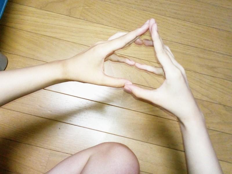 日本近日流行起了「便便手勢」,旨在祝福對方好運。(圖取自推特Tatsutagawa)