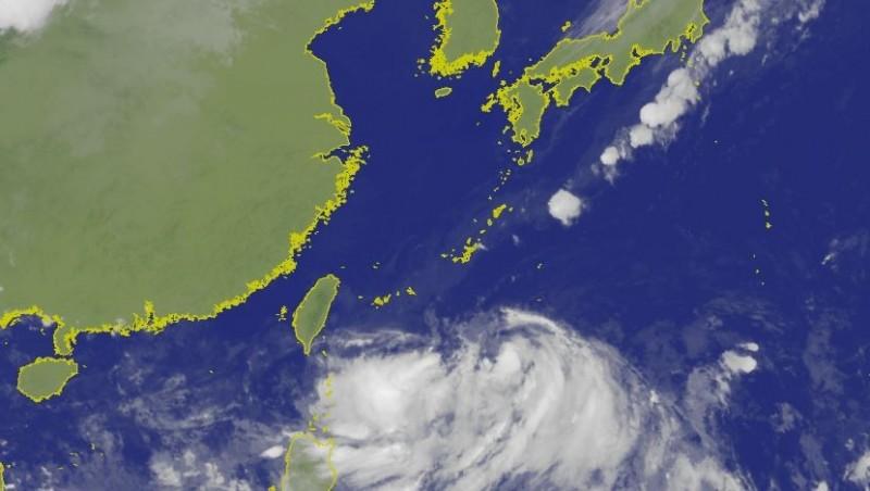 中央氣象局指出,台灣東南方海面的熱帶性低氣壓,以時速7公里朝北前進。(圖擷取自中央氣象局)