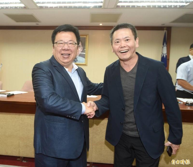 立法院本會期召委選舉出爐,綠10在野6,圖為內政委員會由李俊俋(左)、林為洲當選召委。(記者方賓照攝)