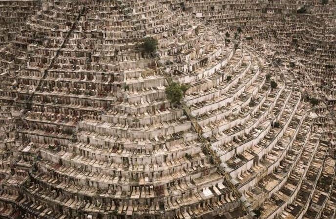 香港地狹人稠,連墓地也是如此。(圖擷自Michael Shindler推特)