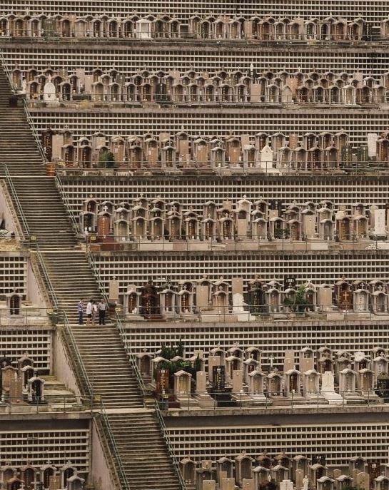 建築攝影師法隆(Finbarr Fallon)拍下香港墓園和諧又詭異的畫面。(圖擷自Michael Shindler推特)