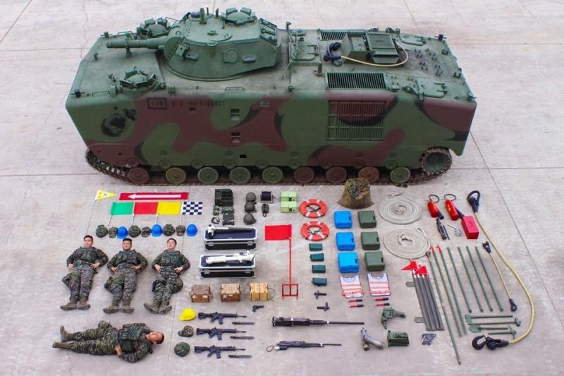 海軍陸戰隊今天跟上「真人開箱」風潮,超霸氣的畫面吸引許多網友議論,圖為LVTP5-H6兩棲登陸砲車(圖片擷取自中華民國海軍陸戰隊臉書粉專)