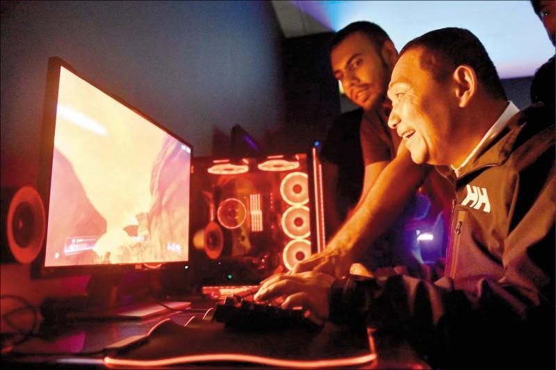 新北市長侯友宜率團訪問新加坡,參訪新創產業雷蛇公司,體驗最新的線上遊戲。 (新北市政府提供)