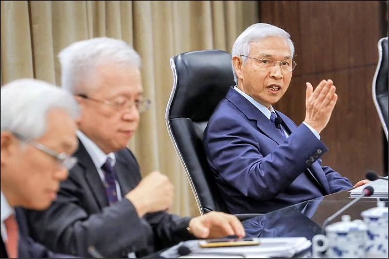 中央銀行上修今年經濟成長率至2.4%。圖右為央行總裁楊金龍。(中央社)